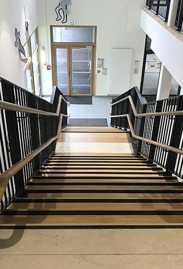 Escalier bois établissement scolaire